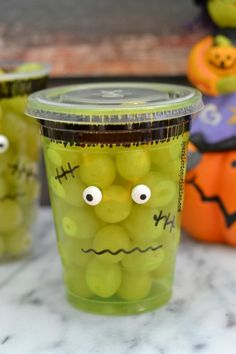 ☞❤Your little kids will love these 27 insanely adorable Halloween snacks and cookies that are kid-tested and approved! Any of these easy creations will be the hit of the Halloween party! Bonbon Halloween, Dulces Halloween, Halloween Snacks For Kids, Healthy Halloween Treats, Halloween Treats For Kids, Fete Halloween, Halloween Goodies, Easy Halloween, Snacks Kids