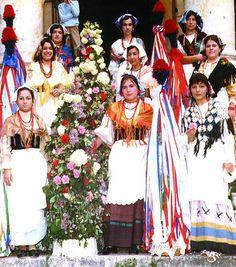 18-11-11. Vrouwen in klederdracht in Collelongo (AQ), Italy.