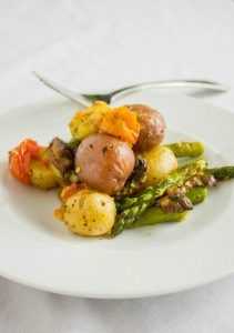 Potatoes with Roasted Vegetables. Creamer potatoes tossed with roasted spring vegetables. A quick and easy side that is both vegan and gluten-free! Bbq Potatoes, Little Potatoes, Seasoned Potatoes, Easy Potato Recipes, Side Recipes, Healthy Side Dishes, Side Dishes Easy, Fresh Potato, Vegetable Medley