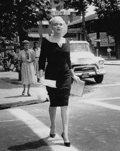 """Image - 1960 / Marilyn en robe noire et chapeau voilette lors du tournage du film """"The misfits"""", notamment avec les acteurs du film tels Montgomery CLIFT, Thelma RITTER ou encore Eli WALLACH et Kevin McCARTHY, avec le réalisateur John HUSTON, son mari Arthur MILLER et sa coach Paula STRASBERG. - Wonderful-Marilyn-MONROE - Skyrock.com"""
