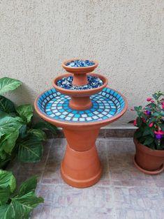 Bird Bath Planter, Diy Bird Bath, Bird Bath Garden, Garden Yard Ideas, Diy Garden Projects, Garden Crafts, Birdbath Diy, Mosaic Birdbath, Clay Pot Projects
