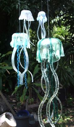 Glow in the dark jellyfish wind chimes Plastic Bottle Crafts, Wine Bottle Crafts, Beer Bottles, Stained Glass Art, Fused Glass, Make Wind Chimes, Verre Design, Wind Spinners, Yard Art