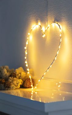 Pynt hyggeligt op med lys fra Sirius. Her lavet som ophængtlig hjerte. #inspirationdk #inspiration #jul #juledekoration #christmas #Sirius #light #christmaslights #julelys