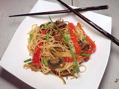Version en français plus bas This vegetarian Singapour noodles use to be one of my favorite take …