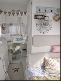 in love with the interior of this camper.. :)