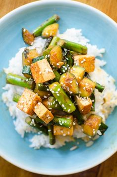 This asparagus, zucchini and tofu stir-fry is healthy vegetarian dinner perfect for the spring and summer. | http://livinglou.com