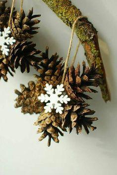 Natural Christmas Tree, Christmas Pine Cones, Noel Christmas, Rustic Christmas, Simple Christmas, Christmas Wreaths, Pinecone Christmas Crafts, Pinecone Ornaments, Christmas Yard