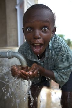 This photo makes me happy and sad at the same time. The water looks fresh and clean for this boy and he's thrilled to have it. But other children (and people in general) in Africa have nothing. Precious Children, Beautiful Children, Happy Children, We Are The World, People Around The World, Foto Face, Living Water, Belleza Natural, Happy People