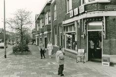 Beschrijving: De hoek van de Nieuwe Maasstraat, gezien vanaf de Lekstraat in de richting van de Ridderkerksestraat.