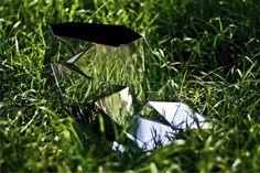 """Que sapatinho de cristal que nada! Acho que uma Cinderela moderna usaria este sapato assimétrico espelhado… O design é a paulista Andreia Chaves. Os espelhos assimétricos refletem tudo o que está a volta, é um verdadeiro camaleão, por isso é chamado de """"invisible shoe"""". Ela disse que se inspirou em São Paulo, com sua atmosfera …"""