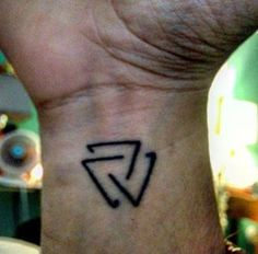 Valknut tattoo on Evertsfarid's wrist.
