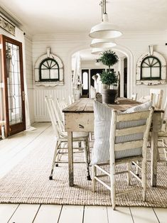 Majestic Looking For Dining Room Inspiration: Try This Farmhouse Dining Room Ideas! Modern farmhouse dining room designs are increasingly in demand because they balance the balance between contemporary and traditional aesthetics. Farmhouse Living Room Furniture, Farmhouse Table, Farmhouse Decor, Farm House Dinning Room, Dinning Room Lights, Dining Room Inspiration, White Rooms, Dining Room Design, New Homes