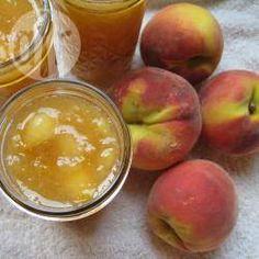 Pfirsichmarmelade mit Amaretto - Wie diese Marmelade am besten schmeckt, da gehen die Meinungen auseinander. Manche essen sie am liebsten auf Brot und ich tue einen Klacks davon auf Naturjoghurt. Beides ist lecker. @ de.allrecipes.com