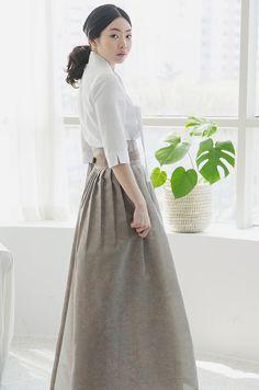 매장방문해주시는 분들께서 긴두렁치마를 제작요청해주십사 하는 바램들이 많이셔서 이번에 디자인해서 올려봅니다. Korean Traditional Clothes, Traditional Fashion, Traditional Dresses, Modern Traditional, Modest Fashion, Unique Fashion, Fashion Outfits, Womens Fashion, Korean Dress