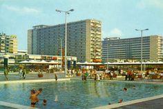 """Schouwburgplein met waterbasins waarin de kinderen zomers veel plezier beleefden. Na het verwijderen van de basins is het nooit meer goed gekomen met het """"dek"""" van het plein."""