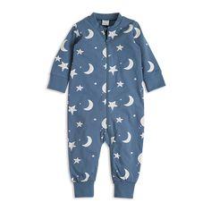 En mjuk, mysig pyjamas med tryckta stjärnor och månar.