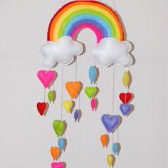 Si tratta di variazione dei mobiles arcobaleno e cloud, ha cuore invece di gocce di pioggia. Si tratta di 3 cellulari separati, dandovi la possibilità di appenderli a tutte le lunghezze.  Se vuoi solo 1 di questi mobili si prega di e-mail o convo me per un prezzo.  Questo mobile è un su ordinazione.  DIMENSIONE: *~*~* Larcobaleno ha selezione di 2 cuori di diverse dimensioni (6 cuori CA 8cm (3) ogni e 14 cuori circa 6cm (2,5) ognuno). Le nuvole hanno un totale di 10 cuori su ciascuna (5…