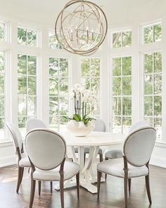 Inspiring dining room table design with modern style ideal lighting 11 Dining Room Design, Dining Room Table, Interior Design Living Room, Living Room Decor, Dinning Chairs, Beautiful Dining Rooms, Beautiful Space, Style Deco, Elegant Kitchens