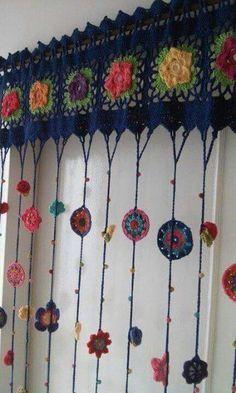 Charming crocheted window topper -- Cortinas Crochet Hasta M X Hasta Love Crochet, Crochet Granny, Crochet Flowers, Crochet Stitches, Knit Crochet, Crochet Patterns, Crochet Ideas, Irish Crochet, Hippie Crochet