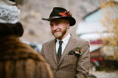 Groom hat. Flowers for the groom. Alternative to boutonnière. Flowers by Lale…
