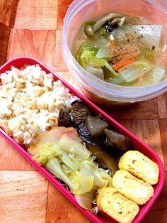 1月8日のお弁当。 - 5件のもぐもぐ - 鮭と胡麻の混ぜご飯、こんにゃくと干し椎茸のピリ辛煮、すり身天ぷらと白菜の煮物、卵焼き、野菜スープ(人参、大根、白菜、しめじ) by plasticmoon