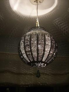 Marokkansk Lampe   Tradisjonell lampe som gir fint og stemingsfylt lys.   Lampen er håndlaget av sølvfarget metal.  Høyde:        ca 25-27cm  Omkretsen:  ca 90 cm  790 kr