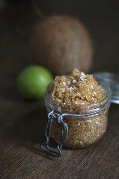 DIY Fußpeeling mit braunem Zucker, Kokosraspeln und -öl und ätherischem Limettenöl.