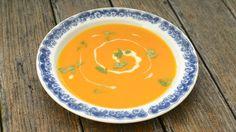 Dýňová polévka už se v našich končinách zabydlela. A není divu, její chuť perfektně ladí s podzimem. Pokud ji připravíte z pečené dýně, její chuť bude ještě intenzivnější.
