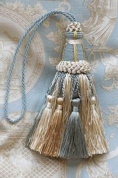 キータッセル (1本) Hobbies And Crafts, Diy And Crafts, Arts And Crafts, Fringe Fashion, Passementerie, Silk Ribbon Embroidery, Handmade Decorations, Colorful Interiors, Beaded Jewelry