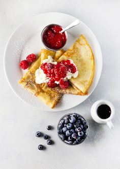 These easy-to-make crepes are topped with ricotta cheese fresh fruit and wonderfully sweet raspberry sauce! Crepe Recipes, Brunch Recipes, Dessert Recipes, Pancake Recipes, Waffle Recipes, Gourmet Recipes, Breakfast Recipes, Desserts, Meringue