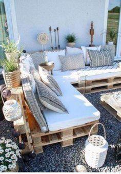 Jardin : 46 meubles en palettes super chouettes ! Pallet Lounge, Pallet Couch Outdoor, Pallet Benches, Pallet Bank, Pallet Seating, Pallet Garden Furniture, Furniture Decor, Outdoor Palette Furniture, Rustic Furniture