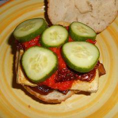 Vegán szendvics: pirított tofu, aszalt paradicsom, Lilahagyma lekvár, Sült paprika krém, uborka