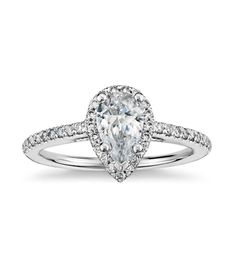 El solitario DIAMOND es un bello solitario de corte clásico, pero con un diseño sencillo y original, que lo convierte en el anillo de compromiso perfecto, a un precio increíble.