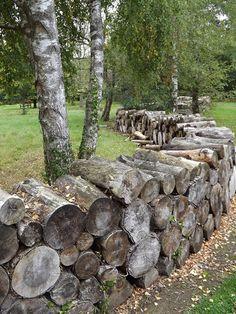 Découvrez des exemples de réalisations faites à partir de troncs ou de branches d'arbres : mobilier de jardin, allée, muret...