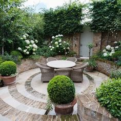 Putting together beautiful backyard patio design ideas can be daunting? If you are struggling for ideas, checkout these 24 backyard patio design ideas. Back Gardens, Small Gardens, Outdoor Gardens, Courtyard Gardens, Modern Courtyard, Small Garden Design, Patio Design, Circular Garden Design, Circular Patio