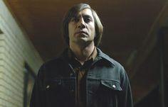 O sisudo assassino Anton Chigurh. http://www.feedbackmag.com.br/top-10-viloes-do-cinema/