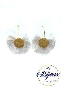 Boucles d'oreilles pompons blancs, sequins dorés par lesptibijoux2famille sur Etsy https://www.etsy.com/fr/listing/600604605/boucles-doreilles-pompons-blancs-sequins