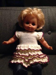 Strikket dukkekjole til Selmas dukke