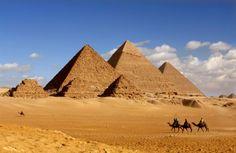 Piramidy egipskie w Gizie - widok z przodu