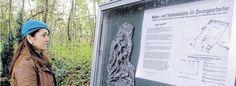 Gästeführerin Silvia Golz studiert die Informationstafel an der Gedenkstätte für die Zwangsarbeiter der Zeche Jacobi während des Zweiten Weltkriegs.