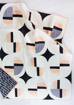 modern quilting designs Modern Fans is a bold, contemporary quilt pattern that includes king, queen, twin, throw and baby quilt sizes as well as a video tutorial! Baby Quilt Size, King Size Quilt, Baby Quilts, Modern Quilting Designs, Modern Quilt Patterns, Modern Quilt Blocks, Quilting Projects, Sewing Projects, Quilting Ideas