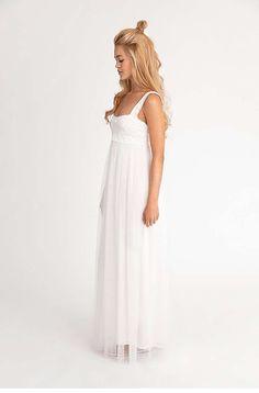 AMELIE Romantisches Brautkleid im Empire-Stil. Zart fließender Tüll zaubert einen elfenhaften Look. Spitzenträger verleihen ebenso Leichtigkeit und Verspieltheit. Komplett gefüttert.