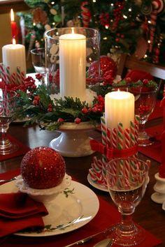 Décoration de table dans les teintes traditionnelles de Noël en vert, blanc, rouge.