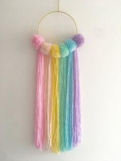 Wall Hanging Crafts, Yarn Wall Hanging, Diy Crafts To Do, Diy Arts And Crafts, Diy Crafts For Girls, Pom Pom Crafts, Yarn Crafts, Ciel Pastel, Cute Diy Room Decor