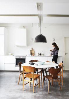 Stole af Børge Mogensen og Arne Jacobsen. Karsten Lauritzen spisebord med udtraek til 20 pers.