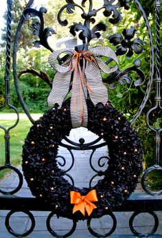 Love this Halloween wreath! | #fall #autumn #decorating #decor #halloween