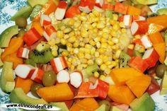 Ensalada de frutas y palitos de cangrejo.