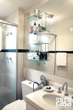 Nichos de vidro (42 x 10 x 30 cm), fixados no espelho com cola UV, acomodam itens de higiene e cosméticos, dando apoio ao gabinete.   Projeto da arquiteta Andrea Pontes #revistaminhacasa