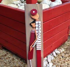 Un petit couple d'amoureux du bois flotté  (modèle déposé copyright Sylvie Montarou )  en rouge et blanc représenté de façon minimaliste,  en bois flotté peint à l'acr - 18268653