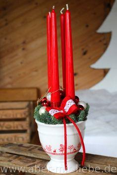 Adventsgesteck mit 4 Spitzkerzen, skandinavisch ausschauende Keramik, Filzband und Kugeln in rot und weiß, #Adventfloristik